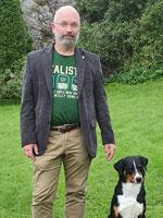 Førsteamanuensis Jörn Klein med sin appenzeller sennenhund, Balou. Foto