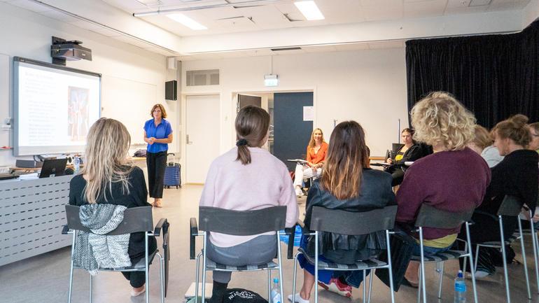 SAMLINGSBASERT: De 17 studentene møtes jevnlig på campus Drammen, med fagansvarlig Liv Marie Leirvåg. (Foto: Jan-Henrik Kulberg)