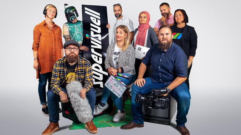 SOSIAL BÆREKRAFT: Mediebedriften Supervisuell har døve eiere, ledere og ansatte. (Foto: Supervisuell) - Gruppebilde av ansatte.