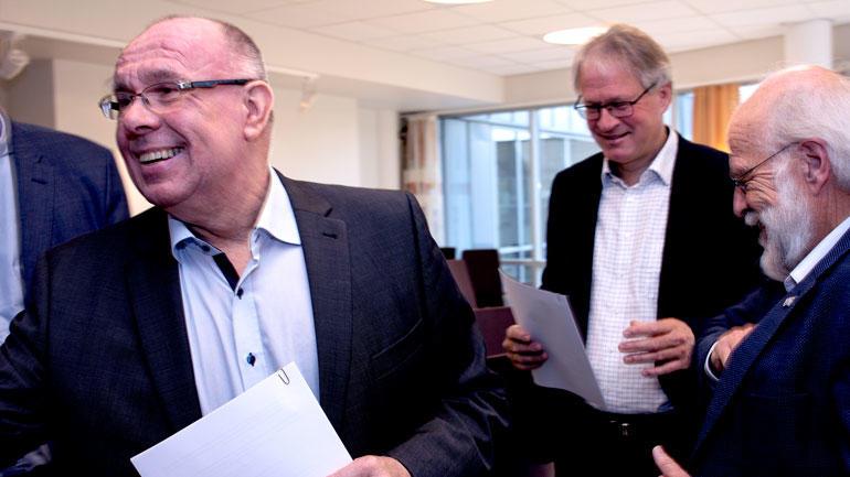 Nærbilde av Ole-Jacob Siljan, som hilder og smiler og i bakgrunnen står dekan Morten Melaaen og rektor Petter Aasen og smiler.