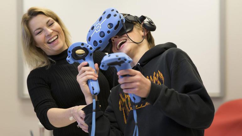 Lærer og elev prøver VR-briller i DigTekLab på campus Notodden