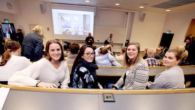 Lærerstudentene Caroline, Alexandra, Kristine og Guro smiler til kamera fra et foredrag.