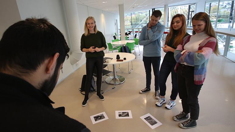 Anne Torbjørg Raastad-Hoel og lærerstudenter øver på USN campus Drammen. foto.