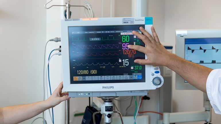 Studenter sjekker instrumenter på master i intensivsykepleie. Foto: Tine Poppe.