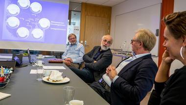 Rektor Petter Aasen snakker med bibliotekledere om Lørdagsuniversitetet. Foto