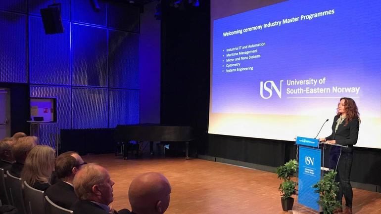 Statssekretær Rebekka Borsch (V) taler til nye industrimaster-studenter på USN. Foto
