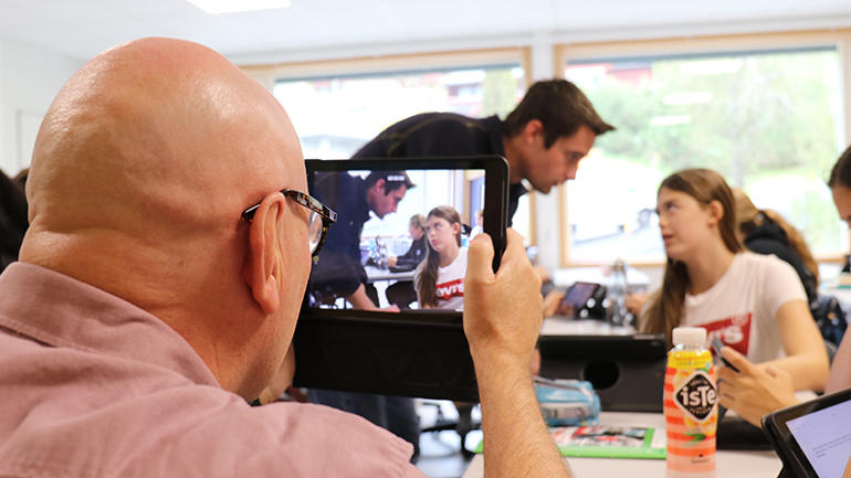 Ole Kristian Murtnes filmer Even Solhaug som underviser på Notodden Ungdomsskole. foto.