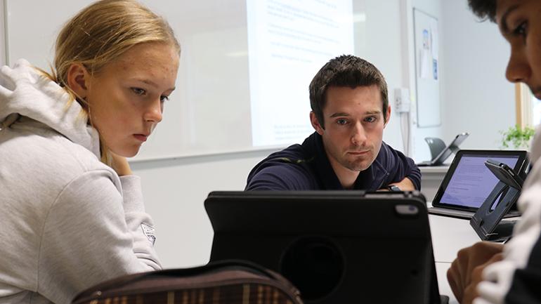 Even Solhaug underviser elevene Alva Mariell Kaasin og Jonuess Mohammad Darwish på Notodden ungdomsskole. foto.