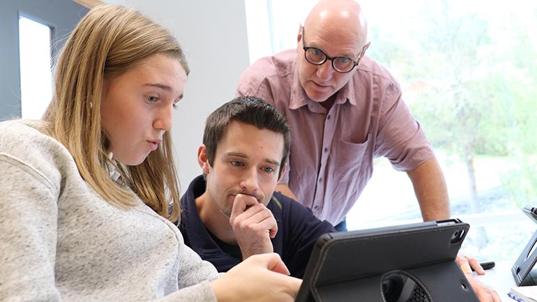Tilde Haugen Murtnes undervises av Even Solhaug, mens Ole Kristian Murtnes observerer på Notodden ungdomsskole. foto.