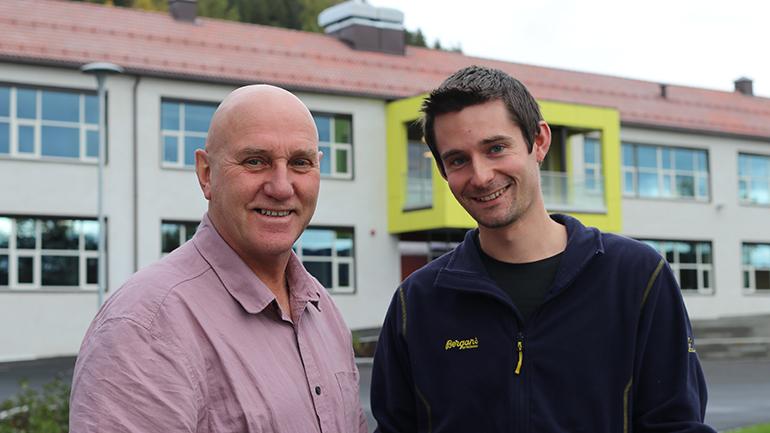 Ole Kristian Murtnes og Even Solhaug utenfor Notodden ungdomsskole. foto.
