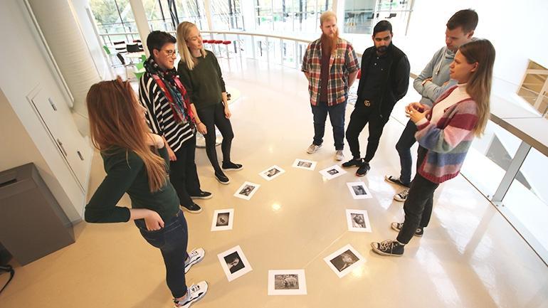Petra Røise, Anne Torbjørg Raastad-Hoel og lærerstudenter øver på campus Drammen. foto.