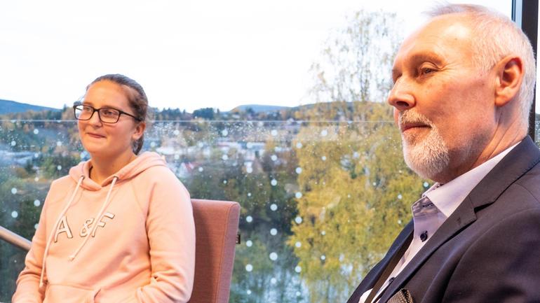 VIL UTVIDE: Markedssjef Dag Engen i Sparebank 1 Ringerike Hadeland vil utvide med flere stipender og flere bedrifter. T.v: student og fotballspiller Synne Kristine Hamborg .Foto