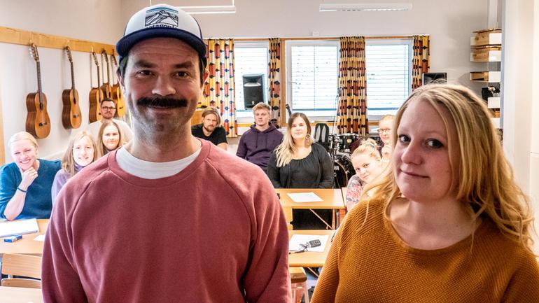 Jonas Nerland og Rebekka Olafsen Aarum lærer TeachRock-metoden i musikkfaget, sammen med andre lærerstudenter på USN. Foto