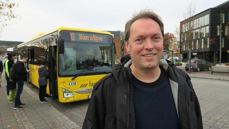 - Folk som bor i tettbygde strøk i Norge, kan i stor grad reise kollektivt og derved kutte mye ned på bilbruken. Selv tar professor Lars-Andre Tokheim nå bussen til jobb for å redusere bilbruken.