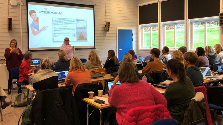 Foto fra undervisningssituasjon ved videreutdanningen Grunnleggende tegnspråk