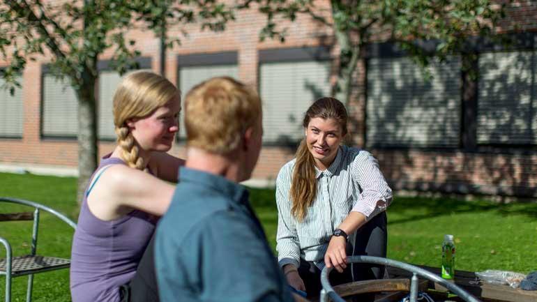 Studenter snakker sammen i pausen. Foto. Tine Poppe