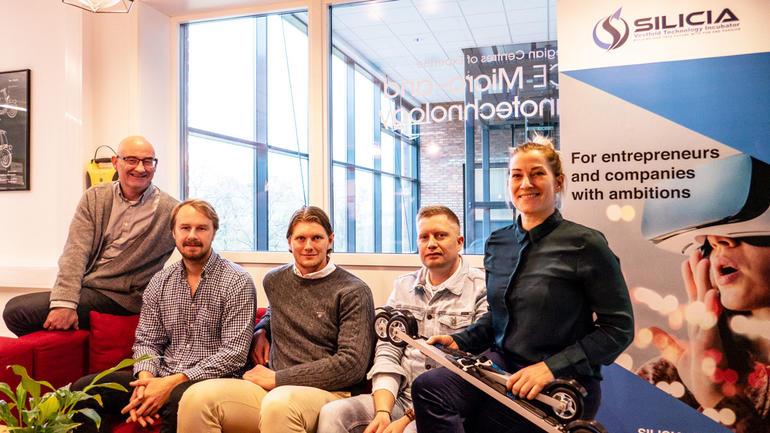 F.v: Førsteamanuensis Thomas Brekke og studentgründerane Nicolay Ingebretsen, Martin Kolbrek, Jim Hansen og Pernille Engebretsen. Foto