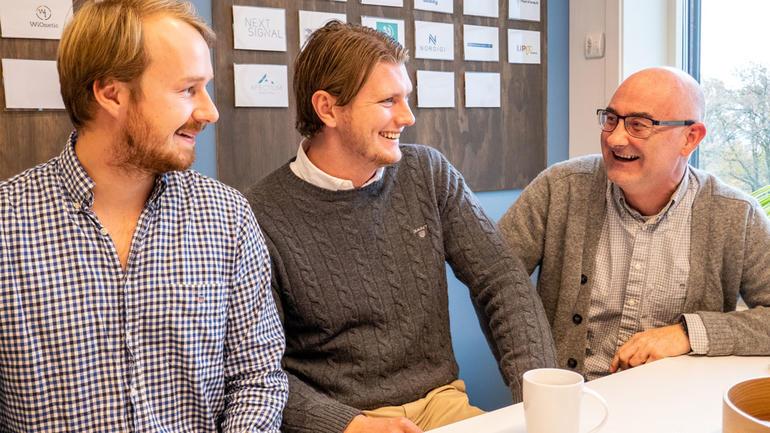 BEDRIFTA MÅTTE OVERLEVE: F.v Nicolay Ingebretsen og Martin Kolbrek i Finova AS og førsteamanuensis Thomas Brekke. Foto