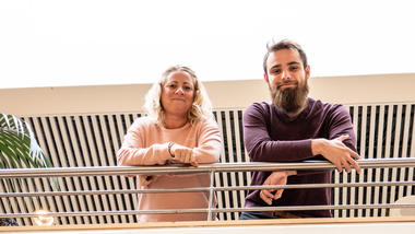 F.v: Unn Haugersveen og Konstantin Kümmel lærer om sirkulærøkonomi og bærekraft på økonomistudiet. Foto