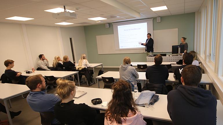 CBSs førsteamanuensis Kalle Johannes Rose foreleser foran studenter på campus Ringerike. foto.