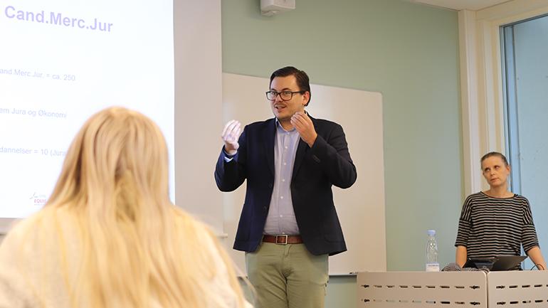 Kalle Johannes Rose og Maibritt B. Jensen fra Copenhagen Business School snakker med studenter. foto.