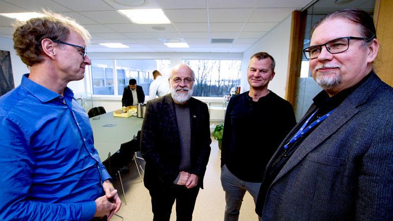 To menn fra Ge Vingmed Ultrasound og to menn fra USN på rekke, rektor Petter Aasen og Einar Halvorsen.