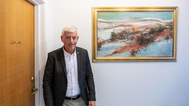 Styreleder Tore Isaksen på USN utenfor kontoret sitt på Ringerike rådhus. Foto