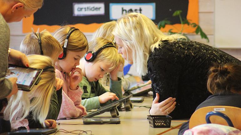 Lærerstudent Vanessa Sunnset underviser elever i koding. foto.