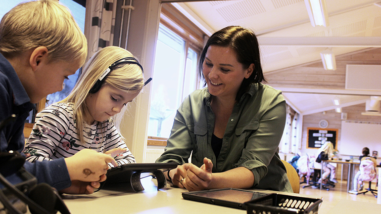 Lærerstudent Cecilie Bryhn Hansen underviser elever. foto.