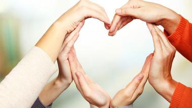 Tre par hender som sammen former et stilisert hjerte. Foto