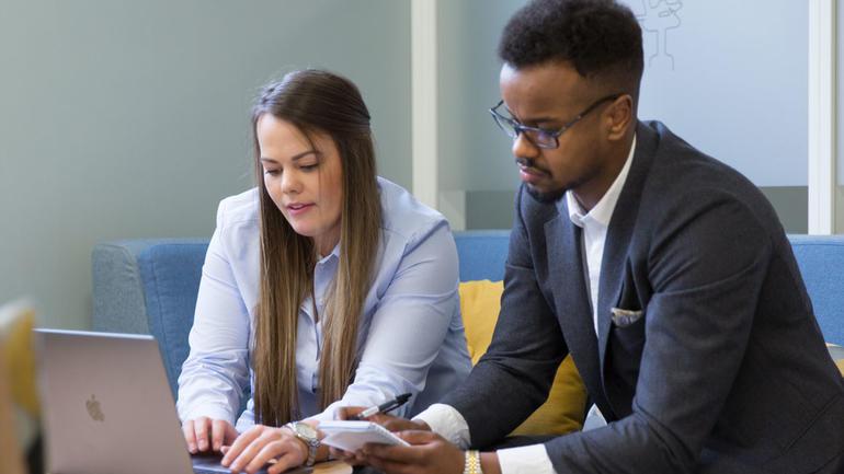 Bachelorstudenter i økonomi og ledelse - praksisillustrasjon - foto