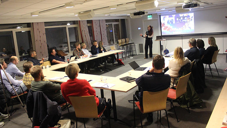Lise Klaveness holder foredrag for elitecoachutdanningsstudenter. foto.