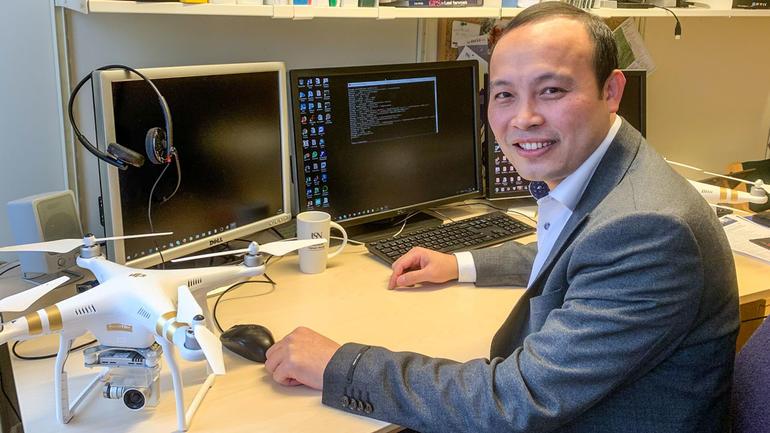 Professor Dieu Tien Bui ved USN Handelshøyskolen er på den eksklusive listen over norske forskere som er mest sitert internasjonalt.  Foto av ham