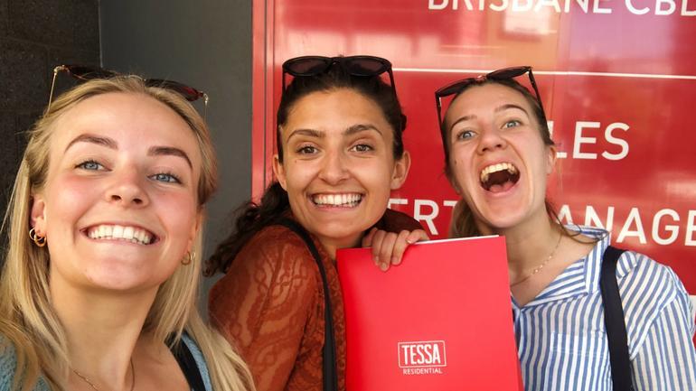 Tre glade jenter har signert boligkontrakt