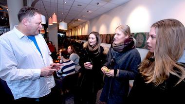 Forsker Øyvind Kvello står og snakker med sykepleierstudentene Ingrid, Mari og Janne utenfor Oseberg kulturhussalen