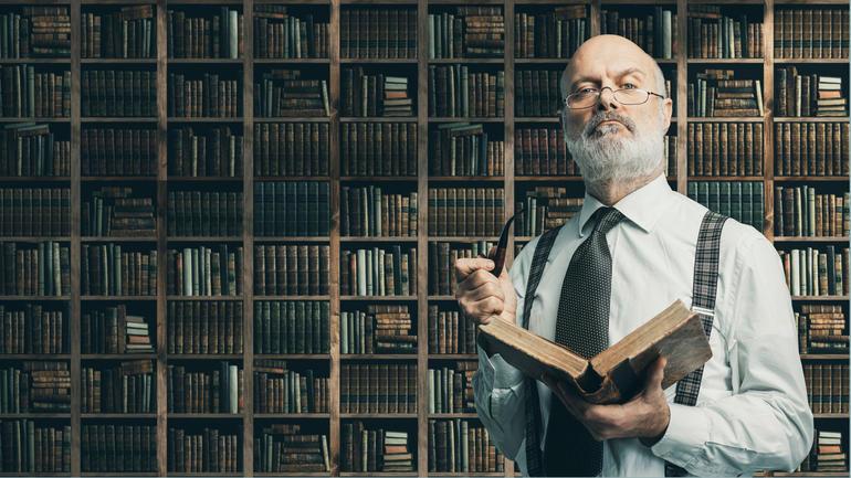Foto av professor med bok.