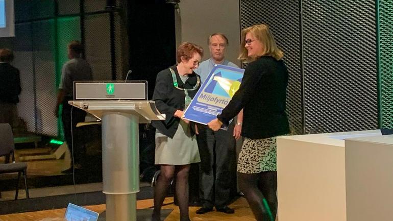 Gro Årstad Nordli fikk overrakt Miljøfyrtårn-sertifikat fra ordfører Kari Anne Sand. Foto