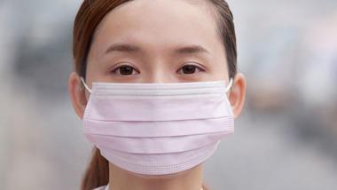kinesisk kvinne med ansiktsmaske. foto
