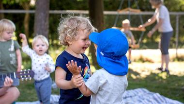 Barnehagebarn danser ute.  Foto