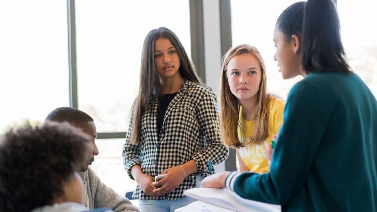 ungdomsskoleelever diskuterer