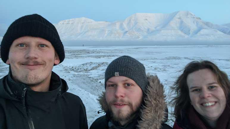Sondre Kvalfoss, Elias Håndlykken og Nora Hansen på Svalbard.