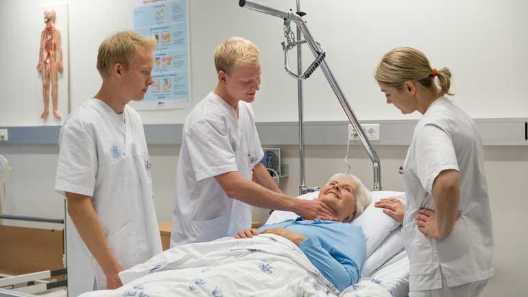 Illustrasjon: Sykepleiestudenter ved USN i undervisningssituasjon.