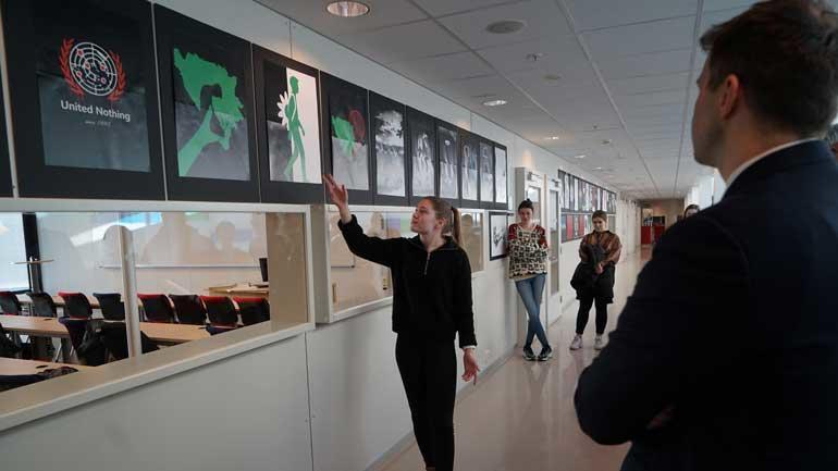 Studentene ved visuell kommunikasjon ved USN har fått i oppgave å lage en utstilling basert på folkemordet i Srebrenica, 25 år etter. Foto: Den norske Helsingforskomité