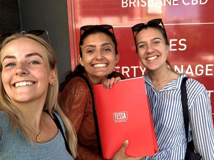 Sarah og venninner med leilighetskontrakt på utveksling