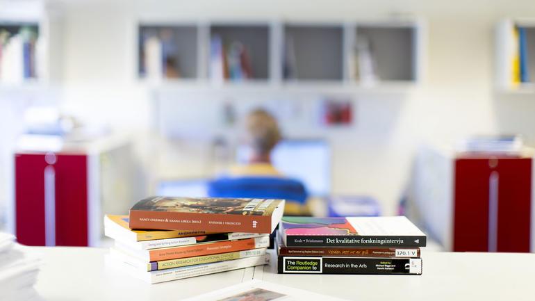 Arkivfoto - stabel med bøker: Tine Poppe