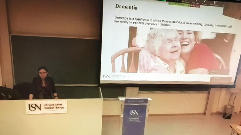 Veralia Gabriela Sánchez disputerte via Zoom fra et tomt auditorium på campus Porsgrunn tirsdag 31. mars. Foto av henne (skjermdump)