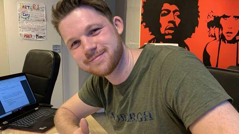 Lærerstudent Anders Bakke fra sitt hjemmekontor der han underviser i matematikk ved Killingrud ungdomsskole i Drammen.