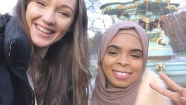 Sozan og en venninne tar selfie