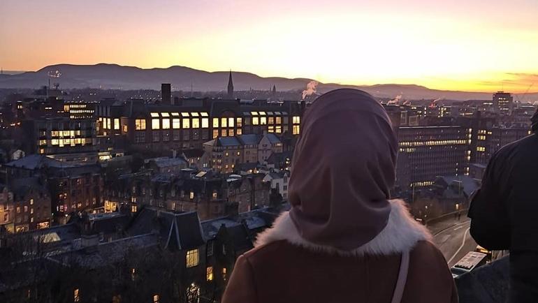 Sozan ser utover byen i solnedgang