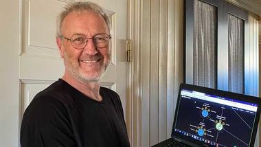 SESAMs Lars U. Kobro demonstrerer den digitale innovasjonsløypa som SESAM og Husbanken har startet.